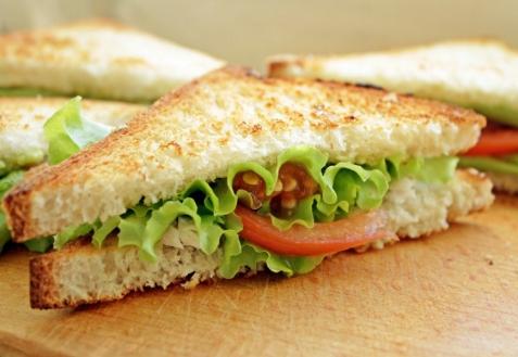 Сэндвич с курицей и авокадо