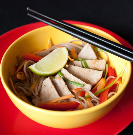 Салат из свиной вырезки, овощей и собы