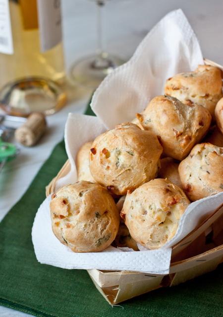Заварные булочки с беконом и зеленью