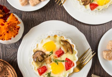 Яйца кокот с белыми грибами и помидорами