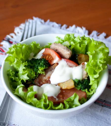 Теплый салат со свининой и брокколи