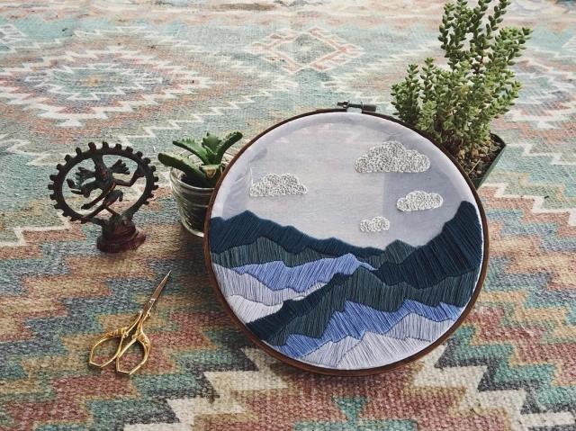 Скалистые горы на потрясающих вышивках талантливой художницы из Колорадо (Фото)
