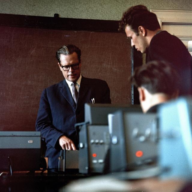 Физики, работающие на новом оборудовании. СССР, Эстония, 1966 год.