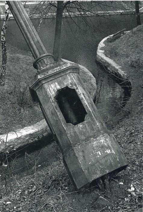 Поваленный в парке фонарный столб.