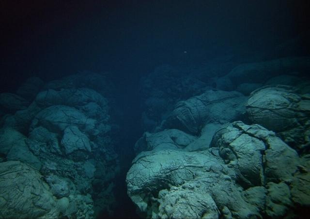 Поверхность Марианской впадины
