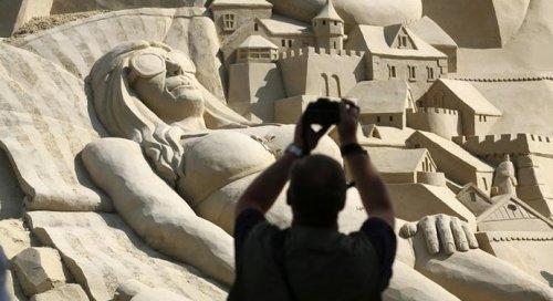 В немецком городе Дуйсбург построили самый большой в мире замок из песка (8 фото)