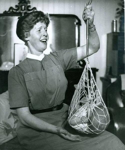 Медсестра взвешивает младенца в шотландской деревушке. Шотландия, 1959 год.