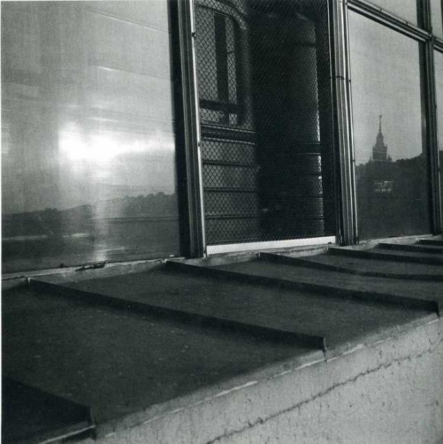 Отражение жилого дома на Котельнической набережной.