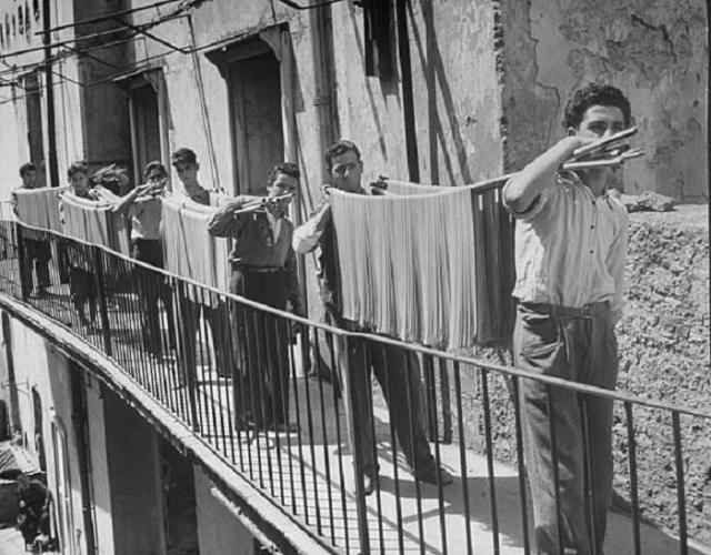 Один из этапов производства макаронных изделий. Италия, 1932 год.