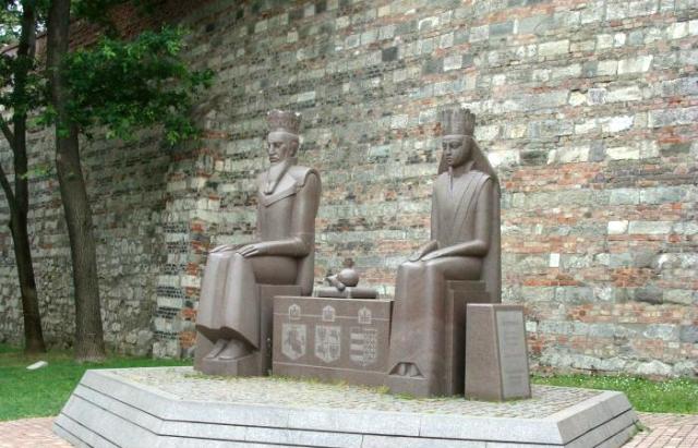 Венгерский памятник браку Ягайло и Ядвиги куда реалистичнее показывает их отношения, чем польский