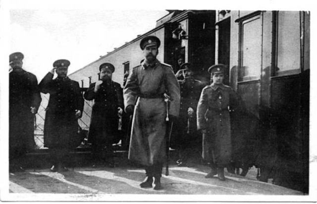 Император Николай II с семьей на перроне вокзала во время прибытия в Ставку в мае 1916 года.