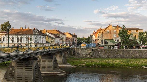 """<p style=""""text-align: justify;"""">""""Замок на річці Уж"""". Так перекладається назва міста. Річка ділить його на дві частини. Більшість пам'яток - на Правому березі</p>"""