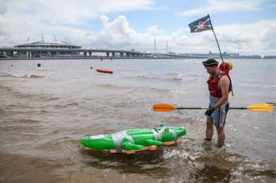 Так выглядит гонка на самых необычных плавательных средствах. Фото