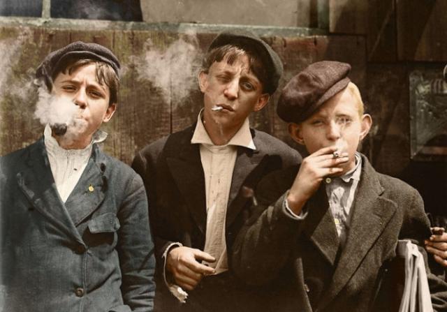 Опытный 13-летний торговец газетами Раймонд Клозе (в центре) с приятелями.