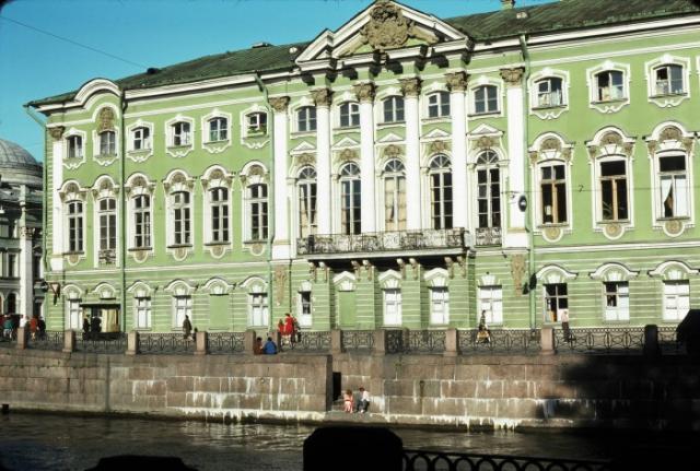Дворец в стиле барокко неподалеку от Невского проспекта. СССР, Ленинград, 1975 год.