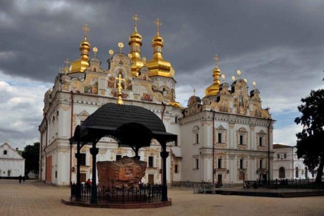 Собор Успения Пресвятой Богородицы, где хранятся мощи Святого Владимира, на территории Киево-Печерской Лавры.