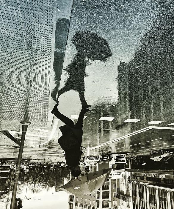 Фото: Фотограф снимает городские пейзажи, отраженные в лужах (Фото)