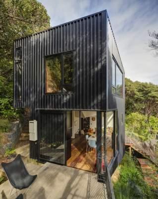 Необычный черный дом, построенный в Новой Зеландии. Фото