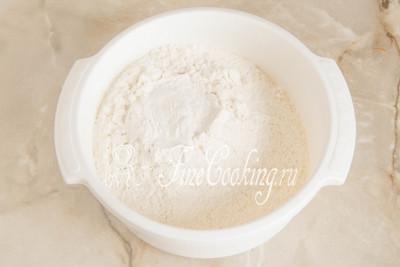 350 граммов пшеничной муки просеиваем в подходящую по объему миску, чтобы насытить ее кислородом и исключить попадание мусора в тесто для печенья