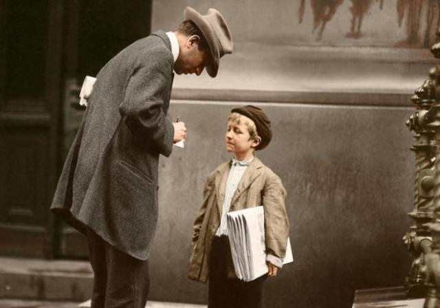 8-летний продавец газет Майкл Макнилис за работой.