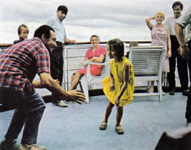 На палубе теплохода один из гидов учит девочку танцевать твист. СССР, 1970 год.
