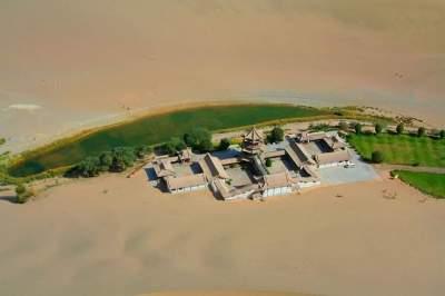 Жемчужина в дюнах: озеро Полумесяца в пустыне Гоби. Фото