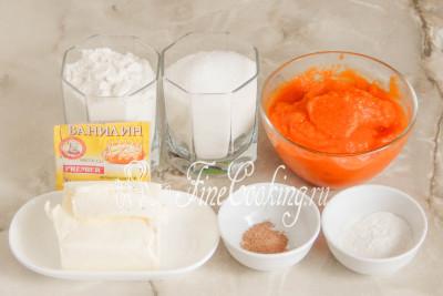 В рецепт этой простой, быстрой и вкусной домашней выпечки входят следующие ингредиенты: пшеничная мука (у меня высшего сорта, но подойдет и первого), густое тыквенное пюре без добавок, сахарный песок, сливочное масло (жирностью не менее 72%), а также разрыхлитель теста