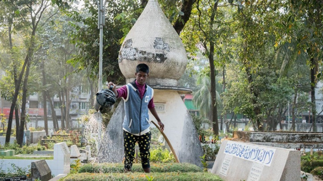 Мужчина поливает могилу на одном из кладбище в Дакке. Фото: Amirul Rajiv.