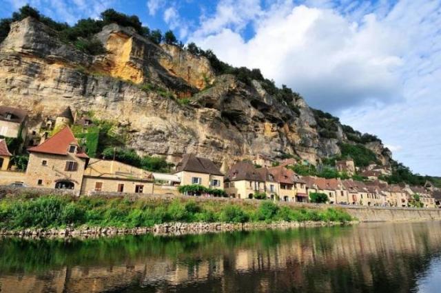 Удивительной красоты городок расположенный на отвесной скале у реки Дордонь.