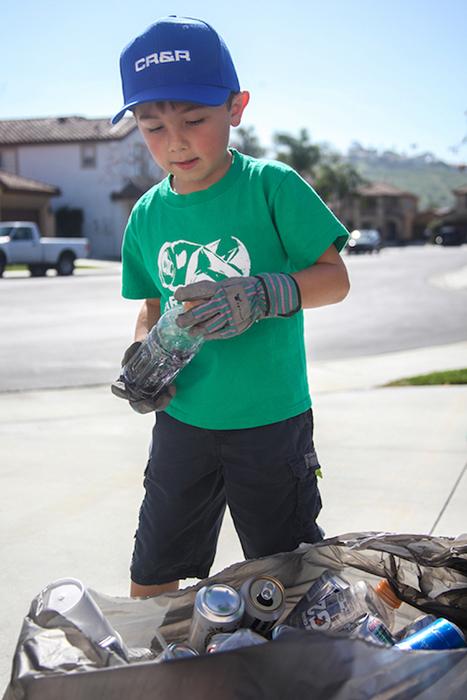 Райан Хикман получает удовольствие от сортировки мусора