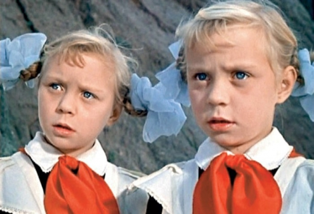 Ольга и Татьяна Юкины в фильме *Королевство кривых зеркал*, 1963 | Фото: kinodag.ru