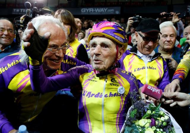 105-летний французский велогонщик попытался побить собственный рекорд