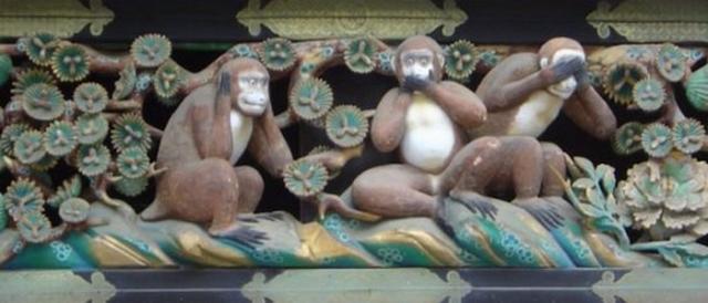 Три обезьяны в святыне Тосё-гу в Никко, Япония.