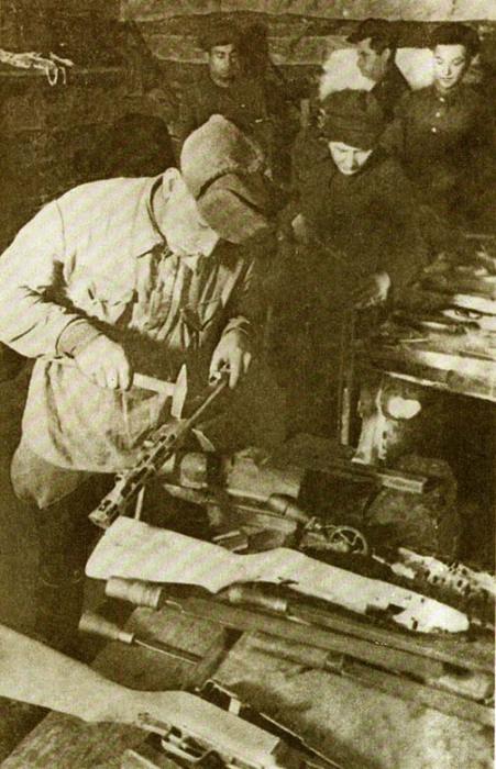 Ремонт оружия в кустарной оружейной мастерской у партизан. | Фото: vsr.mil.by.