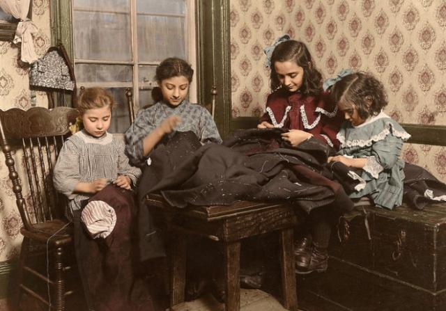 Маленькие работницы - 6, 11, 12 и 5 лет – заняты пошивом одежды.