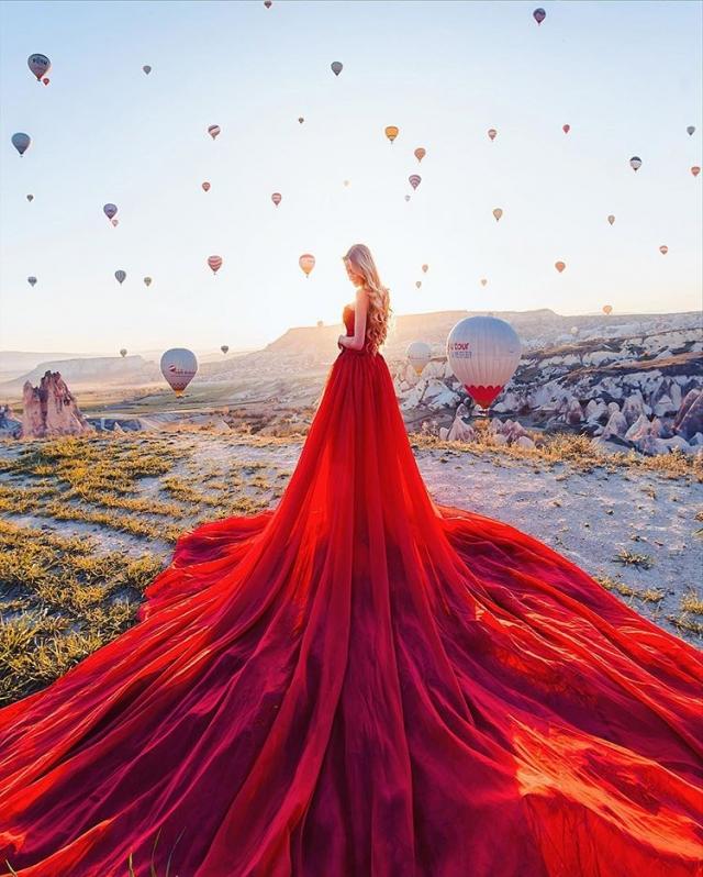 Фото: Фотограф снимает девушек в роскошных платьях на фоне сказочных пейзажей (Фото)