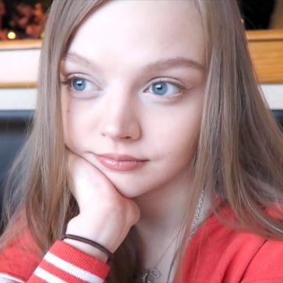 Фото: В свои 22 года эта девушка выглядит, как ребенок (Фото)