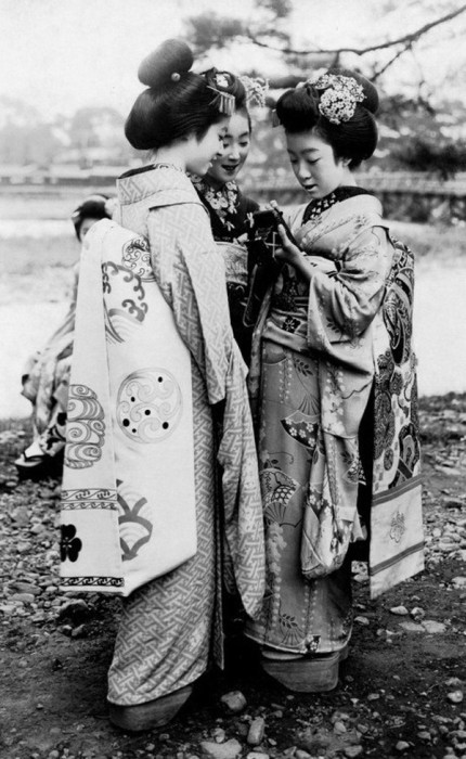 Гейши в традиционных одеждах.