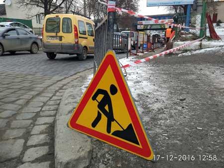 В Івано-Франківську реконструюють тротуар під залізничним мостом