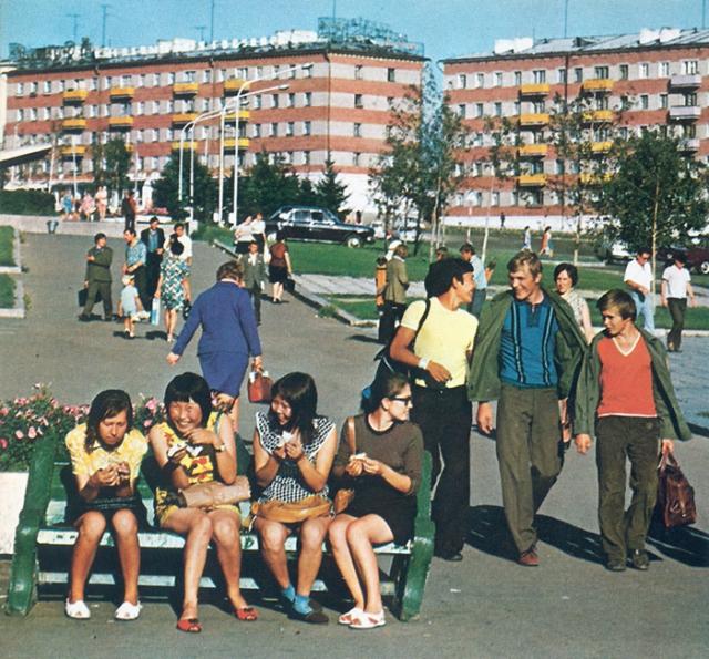 Этническая неоднородность на улицах Улан-Удэ. СССР, Улан-Удэ, 1970 год.