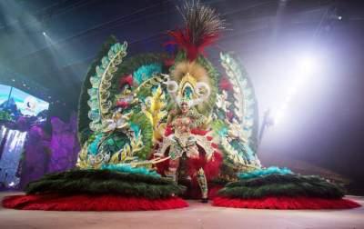Зрелищные костюмы на карнавале в Санта Крус де Тенерифе. Фото