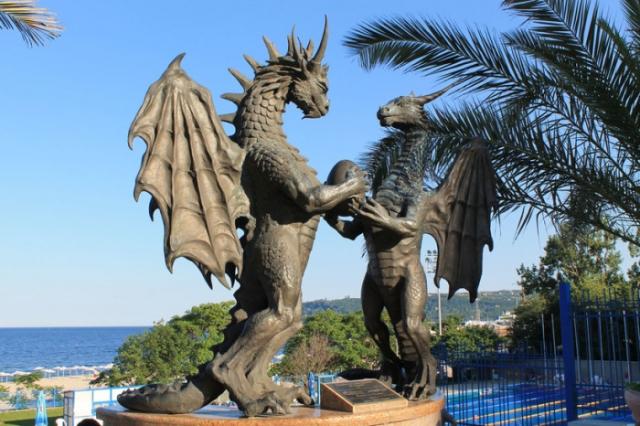 Этот очаровательный памятник находится в городе Варна, Болгария.