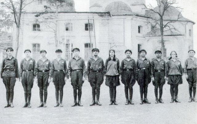 Макаренко критиковали за военизацию детской колонии, особенно - за то, что девочек он тоже заставляет маршировать в форме.