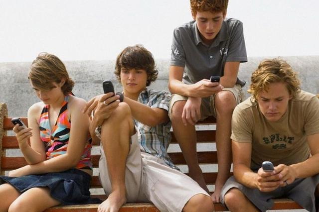 Фото: Наглядный пример того, насколько человек стал зависим от телефона (Фото)