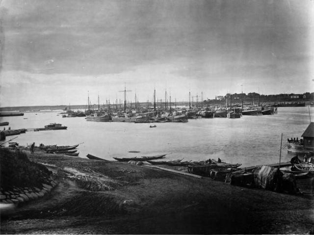 Караван судов на Волге под Ярославлем в 1894 году.