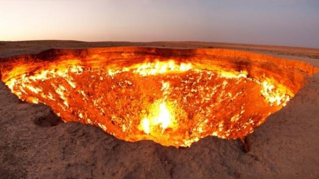 Огненная яма, расположенная в пустыне Каракумы, получила название «Дверь в преисподнюю» и является результатом бурения и раскопок, проводившихся в 1971 году.