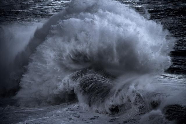 Потоки воды играют друг с другом.