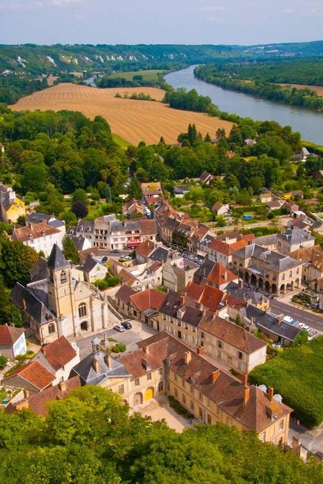 Красивый населенный пункт расположен  почти на самой границе с Нормандией.