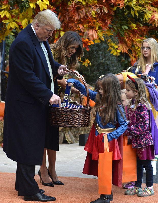 Фото: Хэллоуин в Белом доме: Мелания Трамп блистала в стильном клетчатом пальто (Фото)
