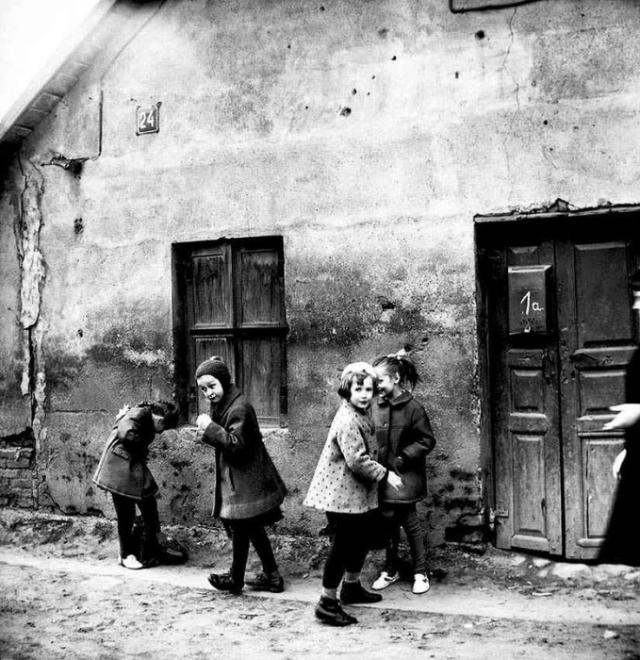 Дети играют возле своего дома. СССР, Эстония, 1968 год.